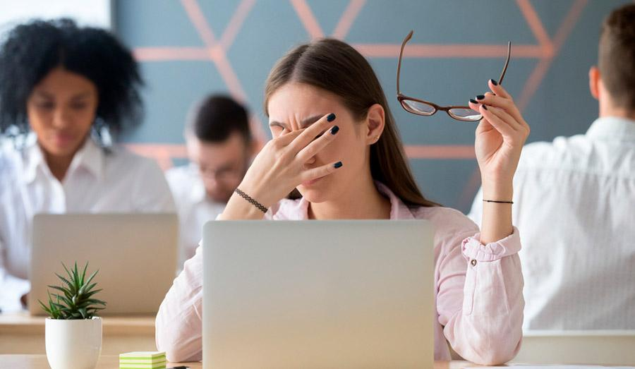 Почему женщины чаще подвержены сухости глаз?