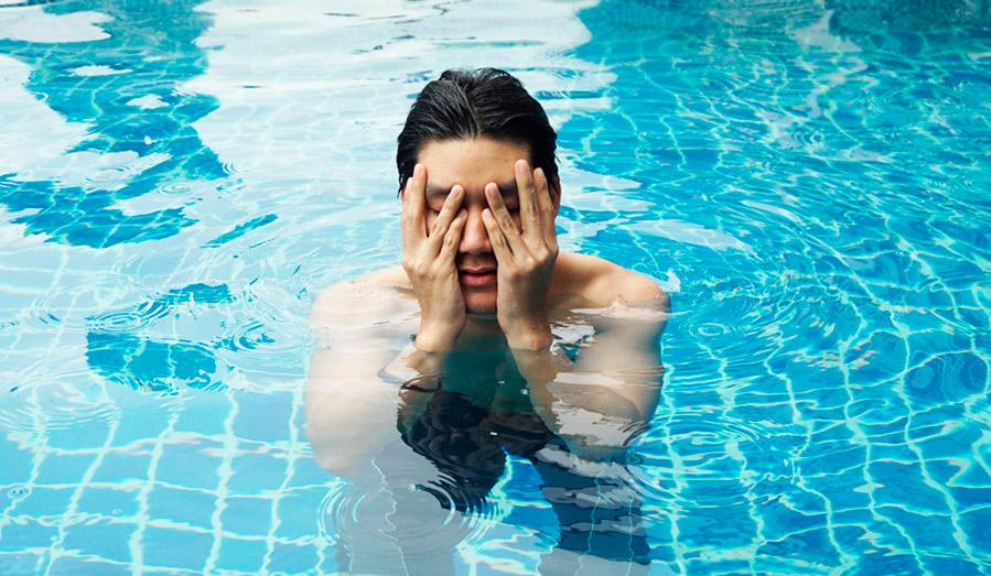 Почему глаза после купания сухие, красные и чешутся?